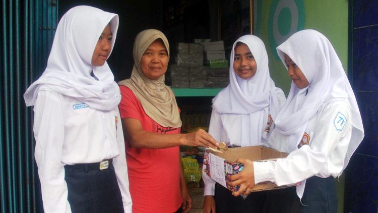 Siswi playen menerima sumbangan warga untuk disalurkan ke korban gempa Aceh. (Sarwo)