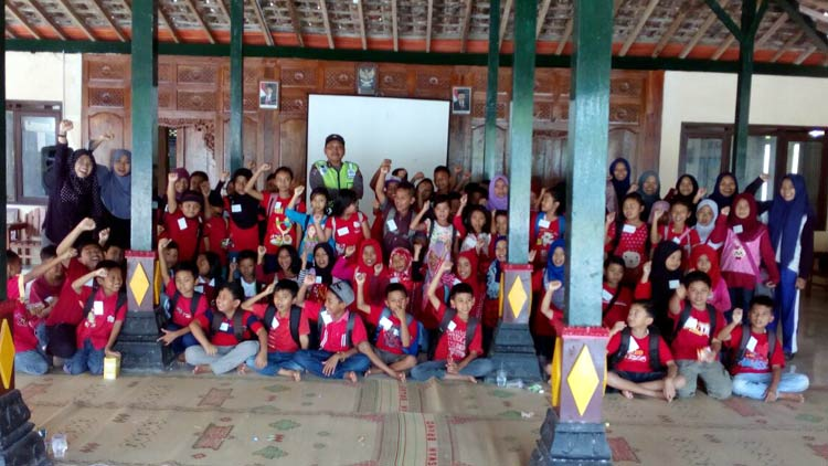 Anak-anak dan Karangtaruna beserta nara sumber berfoto bersama seusai penyelenggaraan kegiatan Sibulantas. KH