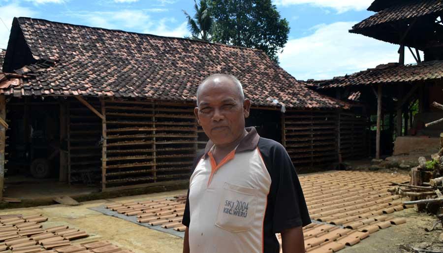 Paijo pengrajin genteng di Kecamatan Ngawen. KH/ WG
