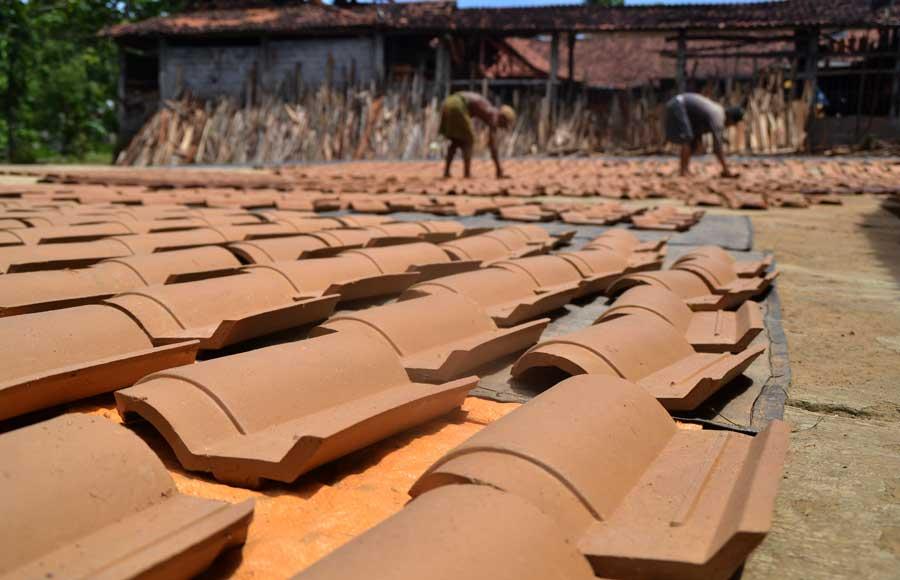 Proses penjemuran genteng di area produksi. KH/ WG