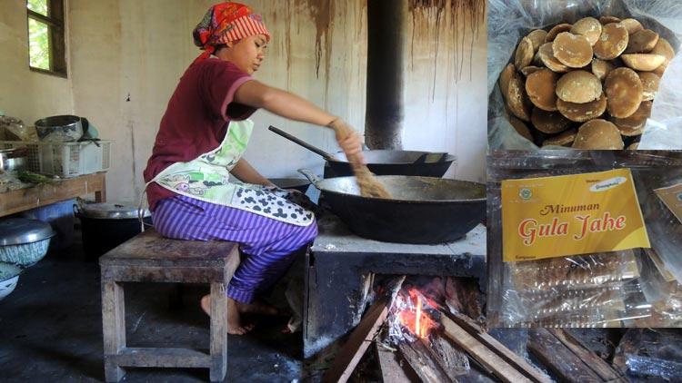 Salah satu pekerja di UKM Nira Sari sedang membuat produk berbahan gula jawa. insert: gula jawa dan produk turunannya. KH/ Kandar.