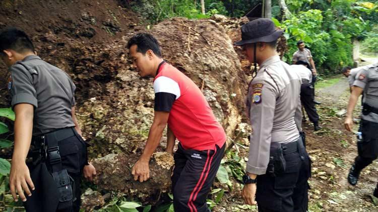 Penanganan longsor oleh warga dan polisi. KH