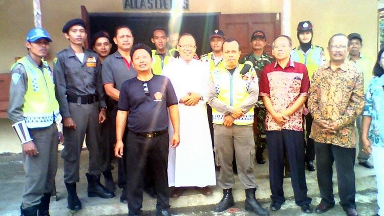 Banser Rayon Semanu berfoto bersama umat Kristiani Semanu. KH