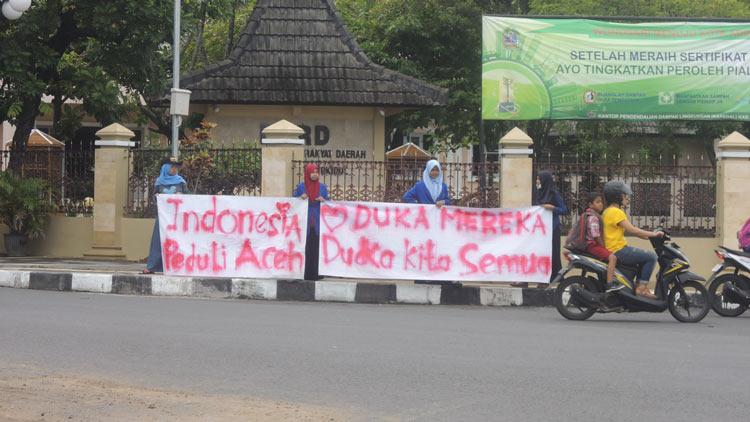 Mahasiswa Stity Wonosari melakukan aksi penggalangan dana bagi korban bencana Aceh. KH/ Kandar