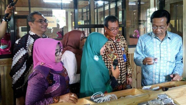 Gubernur DIY didampingi Bupati Gunungkidul dan beberapa perwakilan dari BI dan LIPI melihat produk Griya Cokelat. KH
