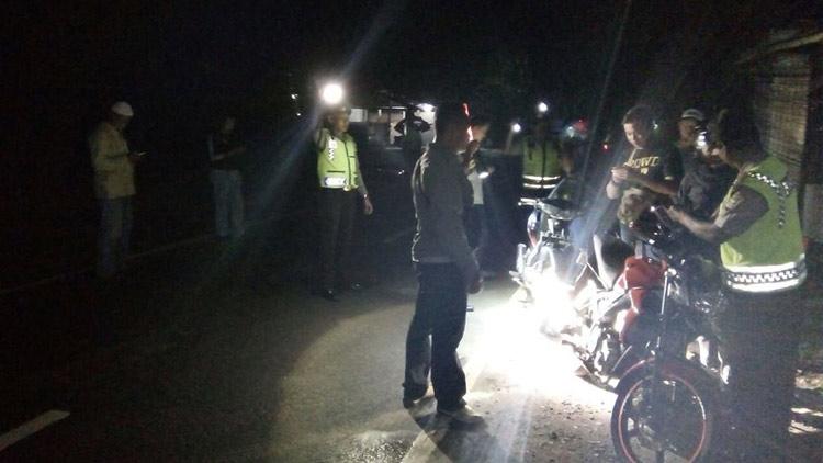 Petugas Kepolisian melakukan razia kepada pengendara untuk mengantisipasi aksi klitih. foto: Humas Polsek Panggang.