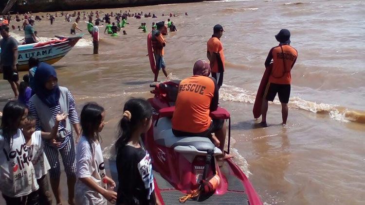 Tim SAR Satlinmas Wilayah II Baron memantau wisatawan diseputar arus sungai, karena banjir air tersebut keruh. KH