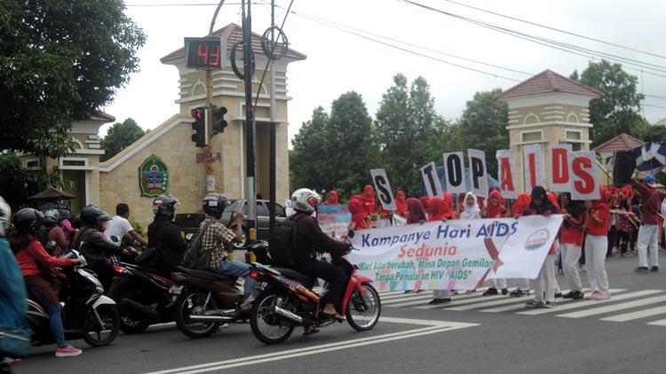 Ratusan pelajar lakukan aksi Stop AIDS pada peringatan hari AIDS sedunia. KH/ Kandar