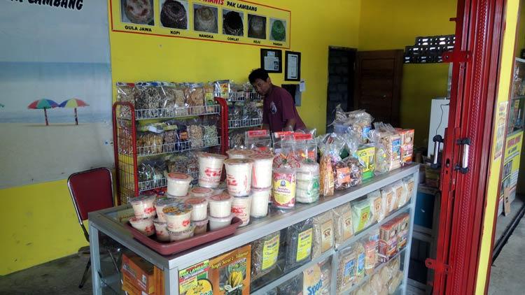 Agus Lambang, pemilik salah satu toko oleh-oleh di Jl. baron. KH/ Kandar