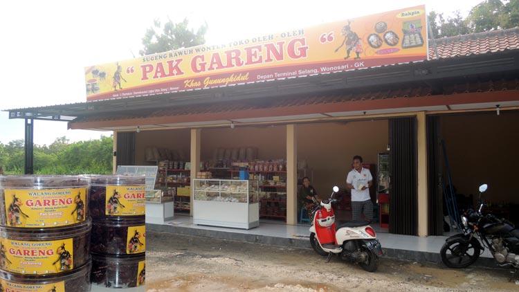 Toko oleh-oleh Pak Gareng, salah satu penggoreng belalang yang mengandalkan suplai belalang dari luar Gunungkidul. KH/ Kandar.