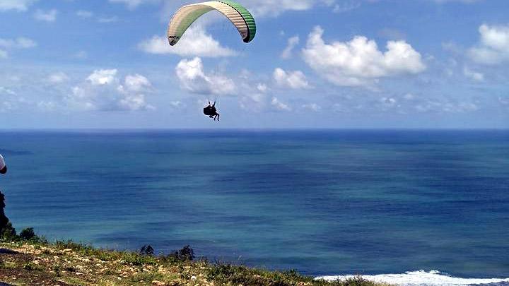 Paralayang atau terbang tandem dengan parasut dari bukit Watu Gupit Desa Giricahyo, Kecamatan Purwosari. dok: Pokdarwis Cahyo Makmur.