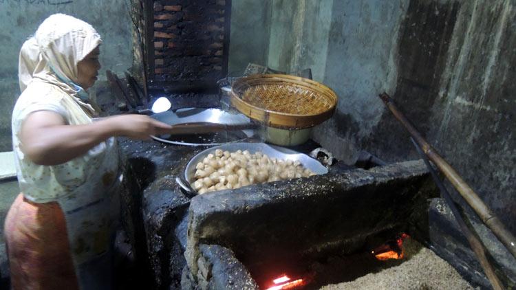 Pembuatan tahu jenis Plempung di sentra industri tahu Sumbermulyo, Kepek, Wonosari. KH/ Kandar