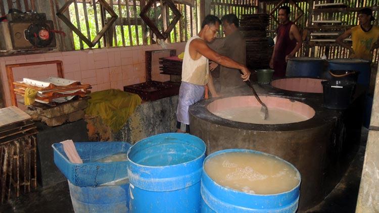 Salah satu proses pembuatan tahu di sentra industri tahu Sumbermulyo, Kepek, Wonosari. KH/ Kandar