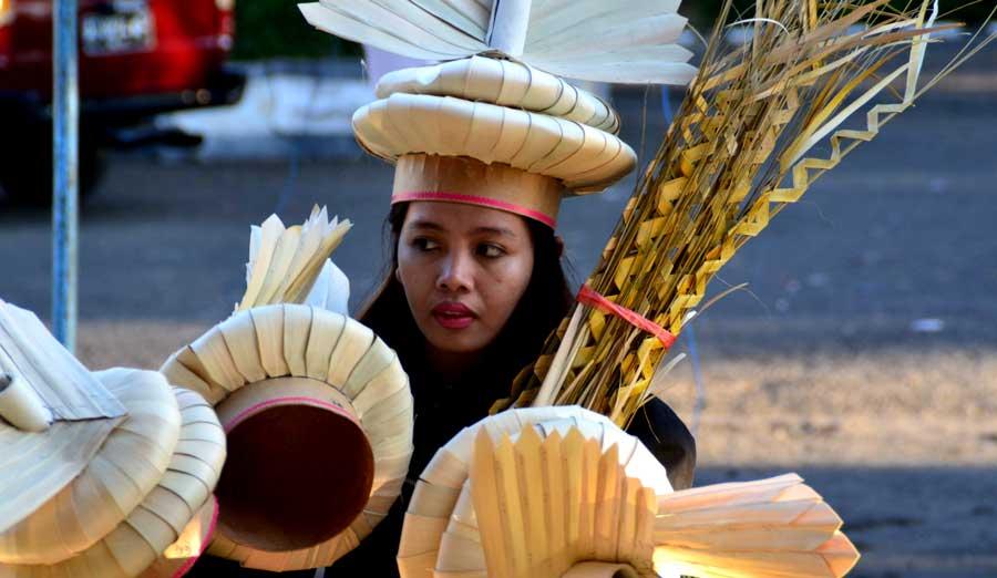 Seorang Anggota Tim Produksi Reroncen menyiapkan kostum. Foto: KH/WG