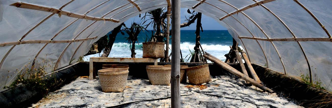 Alat pertanian garam di Pantai Dadap Ayam yang terbengkelai.[Foto:NR]