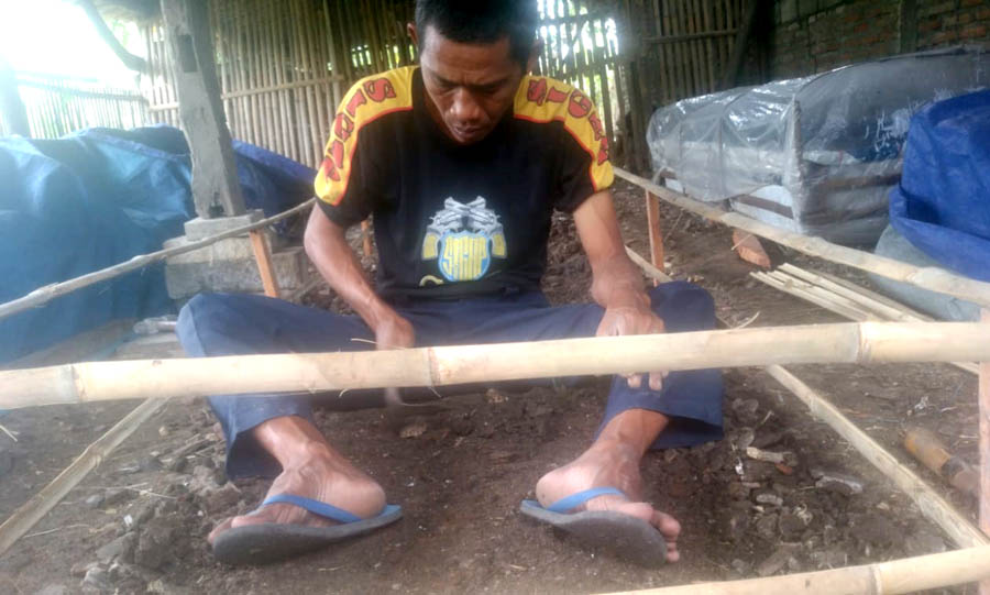 Heru sedang menyiapkan bedengan jamur janggel jagung. Foto:Padmo