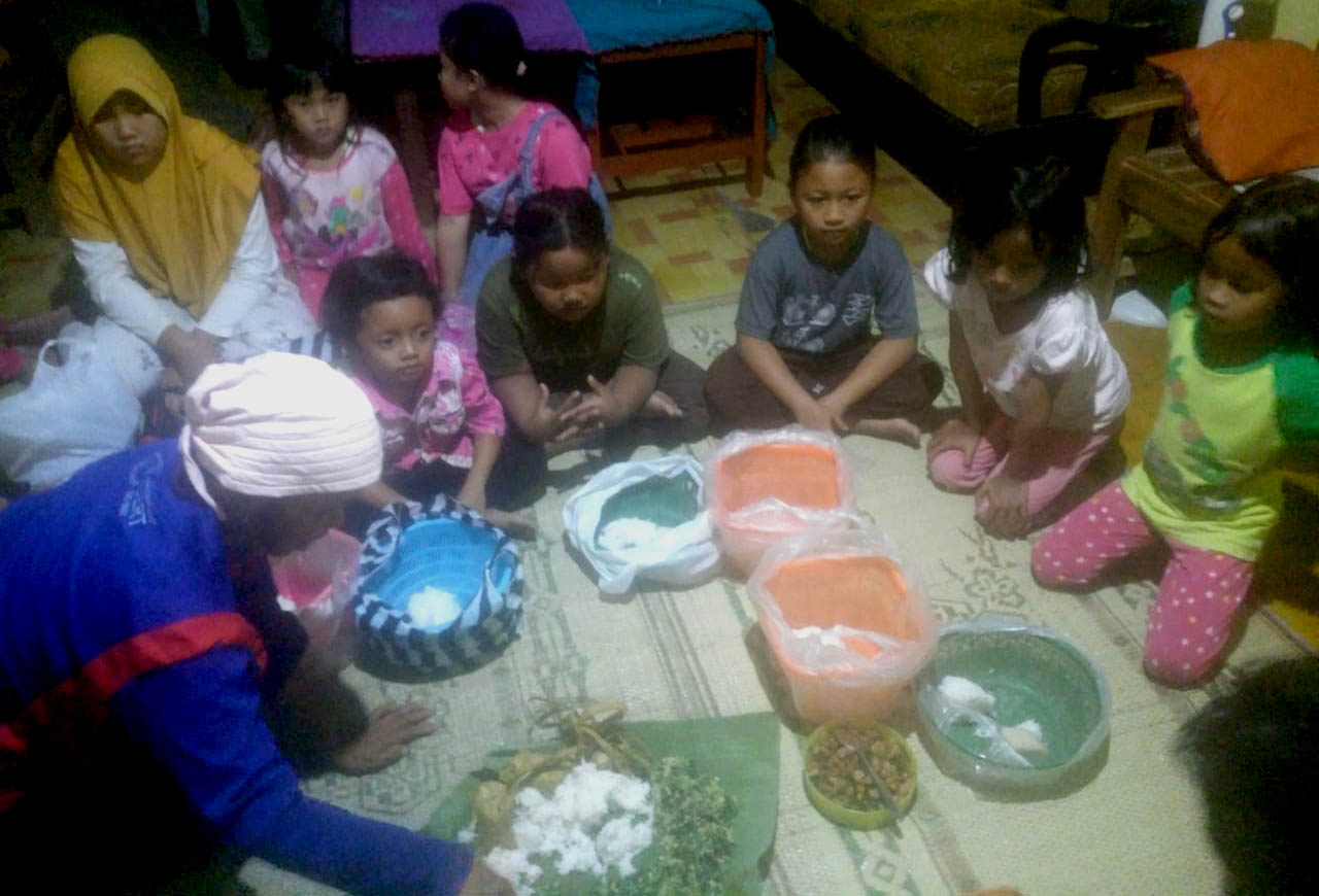 Kendhurenan 'gumbreg' diikuti oleh anak-anak.[Foto:Padmo]
