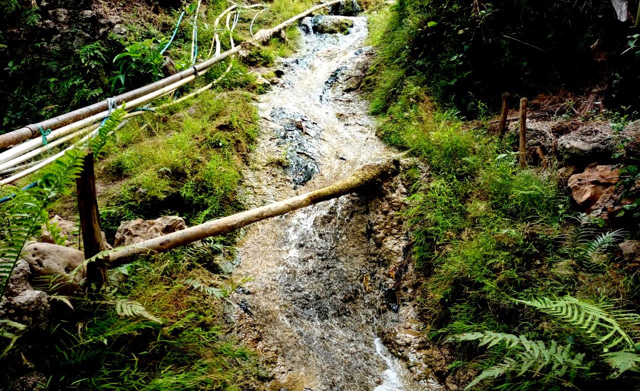 Kalenan yang mengalirkan air dari Sumber Air Gunung Sari Bumi di Gedad Banyusoca