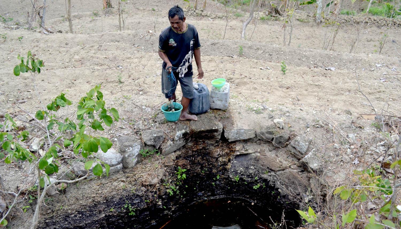 Memanfaatkan air hujan di sumur: Gedangsari.[Foto:NR]