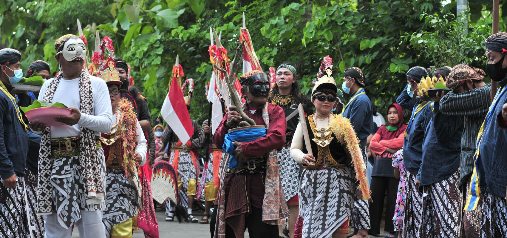Beles membawa bibit resan, beserta rombongan reyog akan menyerahkan ubarampe ritual Midang kepada pemangku adat.[Foto:Padmo]