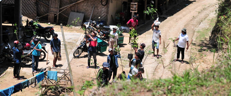 Persiapan warga Pringombo naik ke Gunung Sumilir untuk melakukan penanaman.[Foto:Padmo]